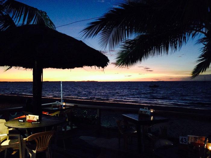 Farbenfroher Sonnenuntergang am Strand des Hotels