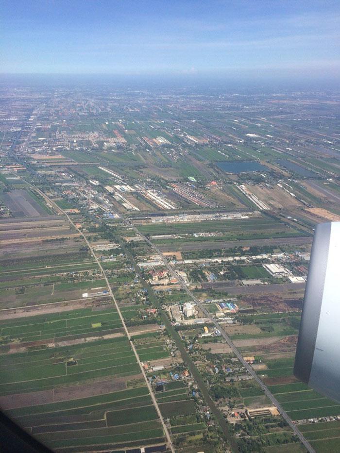 Erste Eindrücke von Thailand beim Anflug auf den Flughafen von Bangkok