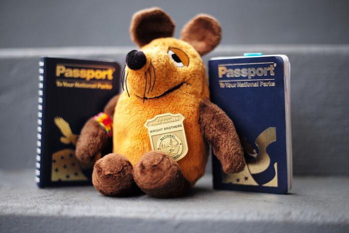 Der stolze Junior-Ranger mit den Passbüchern der Greyhoundin.