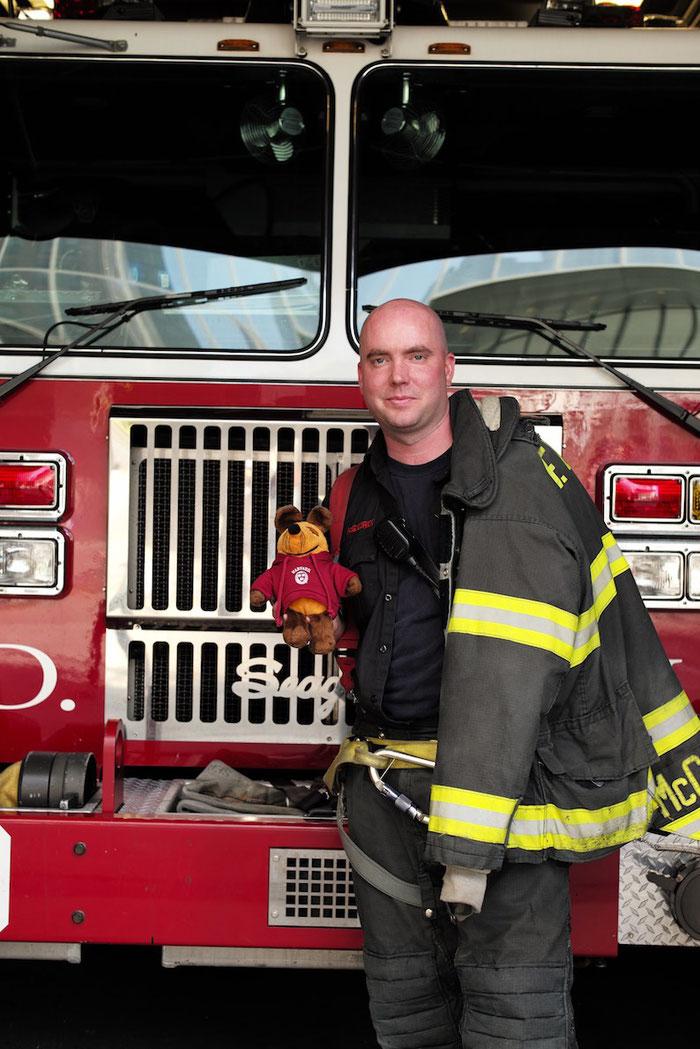 Maus mit einem Feuerwehrmann der Station am Ground Zero.