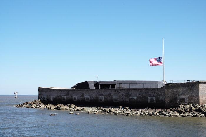 Wir nähern uns Fort Sumter, Charleston. Die Stars & Stripes sind wegen der Terroranschläge in Brüssel landesweit auf Halbmast gesetzt.