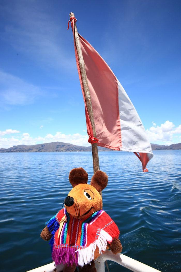 Maus mit der peruanischen Flagge auf dem Titicaca-See
