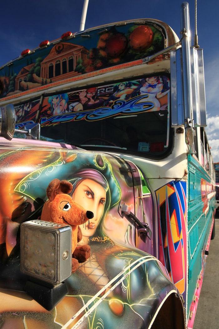 Unser Mäuslein - wieder mit besserer Laune - sah diesen schön bemalten Bus und mußte sich gleich darauf setzen.