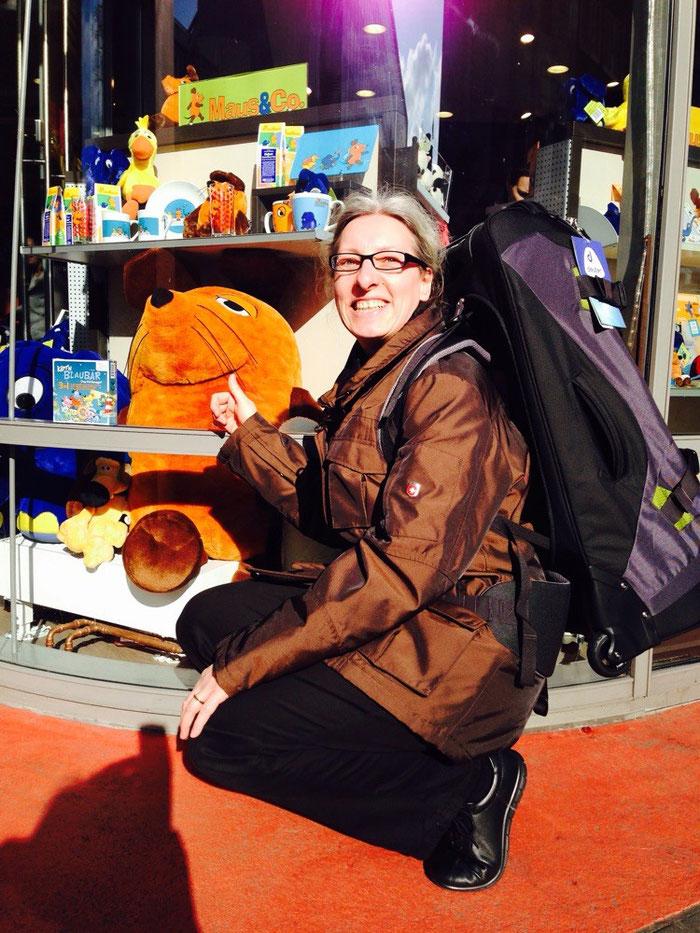 Die Greyhoundin mit ihrem neuen Rucksack vor dem Maus-Shop in Köln