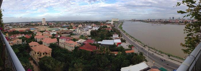 Blick auf den Tongle Sap (rechts), die Innenstadt von Phnom Penh (ganz rechts) und den Mekong (im Hintergrund) von einer schönen Wohnung aus gesehen.
