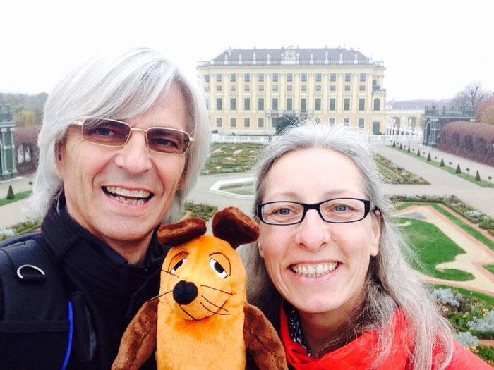 Die Greyhounds mit Maus am Schloss Schönbrunn