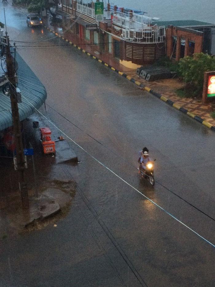 Ruck-Zuck, steht die Strasse unter Wasser !