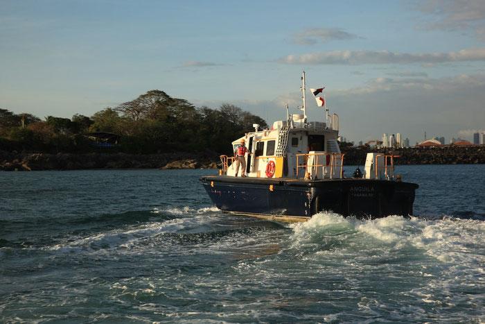 Nach Durchfahrt des Kanals geht der Lotse von Bord unseres Schiffes