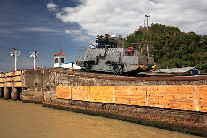 Eine der Lokomotiven, die die Schiffe durch die Schleusen ziehen.