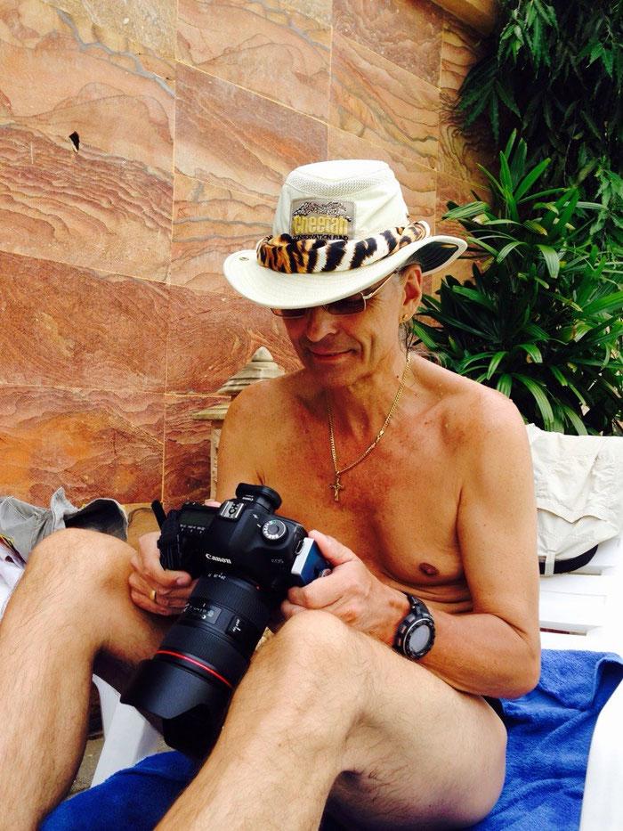 Selbst am Pool kann der Greyhound nicht von seiner Kamera lassen und prüft die Fotoausbeute