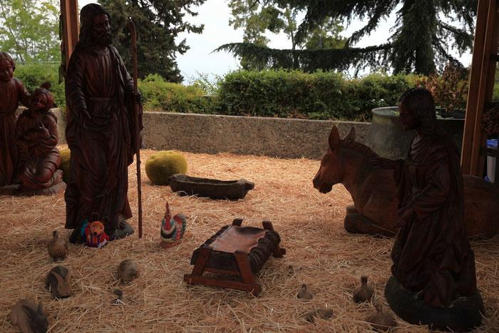 Maus zu Füßen des Hl. Josef - eine Figur der überlebensgroßen Krippe aus Holz