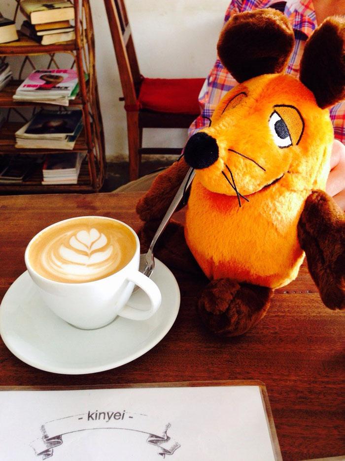 """Schleckermäulchen stärkt sich nach dem ersten Teil des Stadtrundganges im Café """"Kinyei"""""""