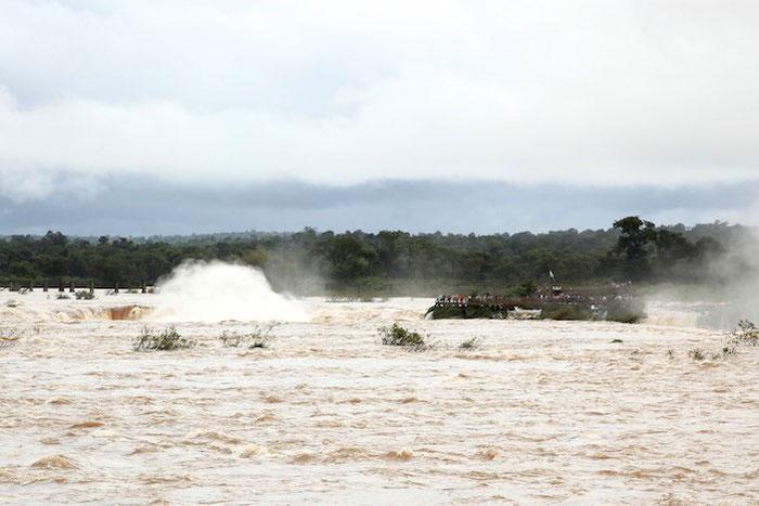 """Der """"Teufelsrachen""""-Wasserfall von brasilianischer Seite aus gesehen. Noch vor ein paar Tagen standen wir drüben auf der Aussichtsplattform."""