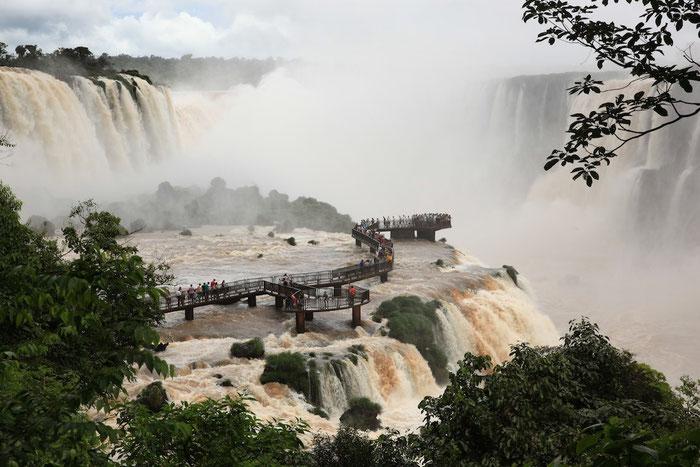 Die Aussichtsplattform auf brasilianischer Seite - Wassergischt pur inmitten der tosenden Wasserfälle.