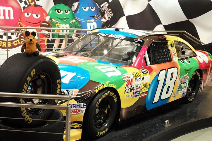 Maus vor dem m&m NASCAR Rennwagen