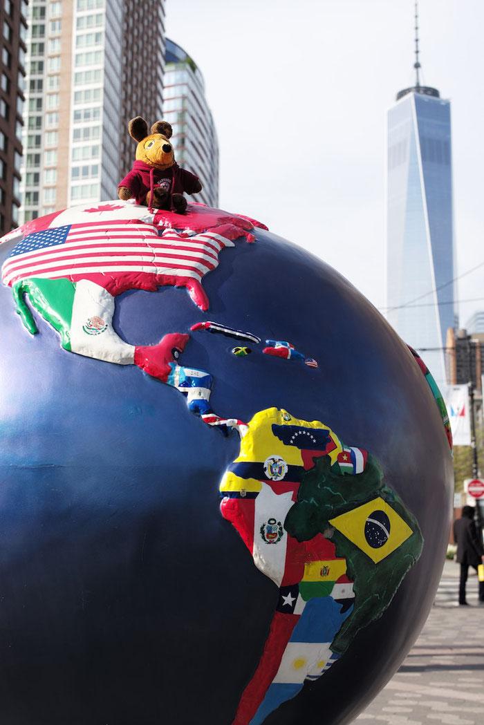Die Weltreise-Maus mit einem Teil der besuchten Länder vor dem One World Trade Center