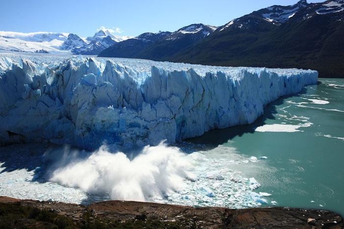 Und wieder kracht mit lautem Getöse ein Stück des Gletschers Perito Moreno in den See