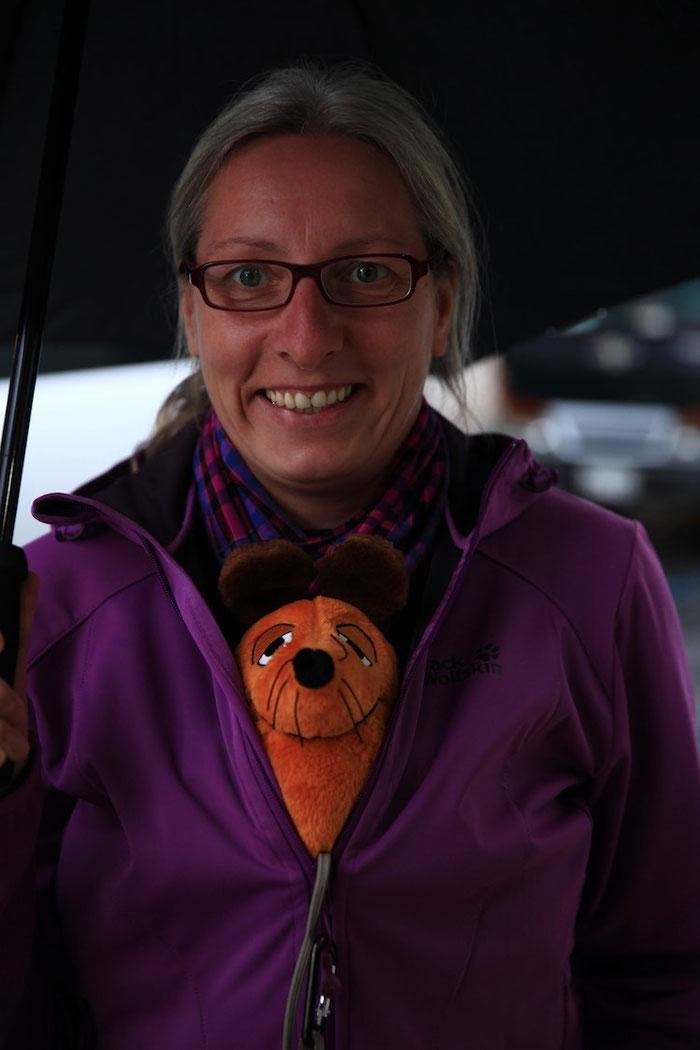 Maus verkroch sich zum Schutz vor dem Regen unter die Jacke der Greyhoundin.