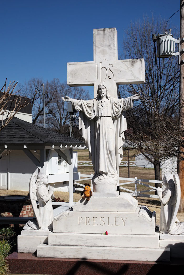 Der traurige Höhepunkt unserer Tour durch Graceland - wir stehen am Grab von Elvis.