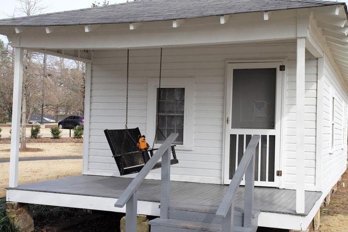 Maus auf der Veranda des Geburtshauses von Elvis.