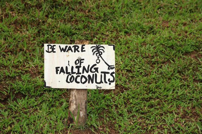 Warnschild auf dem Weg zur Schule