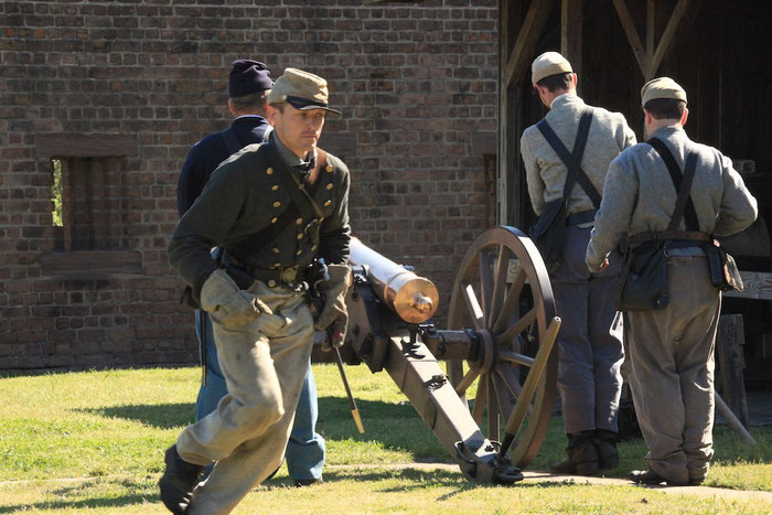 Das Abfeuern der Kanone im Old Fort Jackson, Savannah, wird vorbereitet.