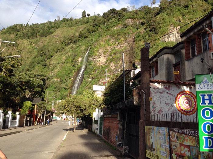 """Blick vom Café Hood auf den """"berühmten"""" Wasserfall von Baños"""