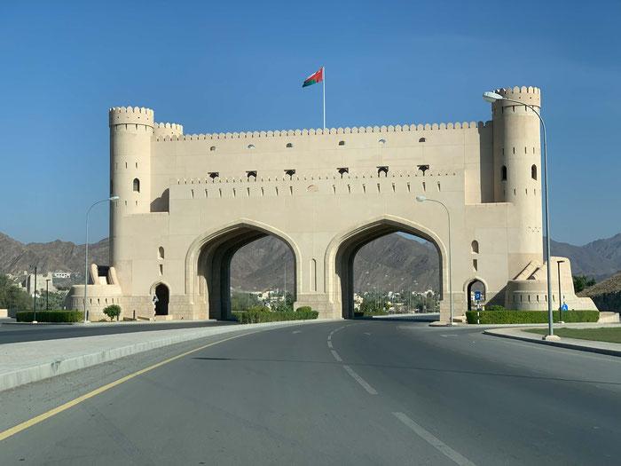 Das Stadttor von Bahla. Diese Tore werden auch heute noch gebaut, aber nachts nicht mehr verschlossen.