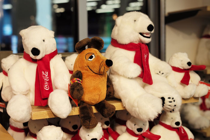 Maus freundet sich mit den CocaCola-Bären an.