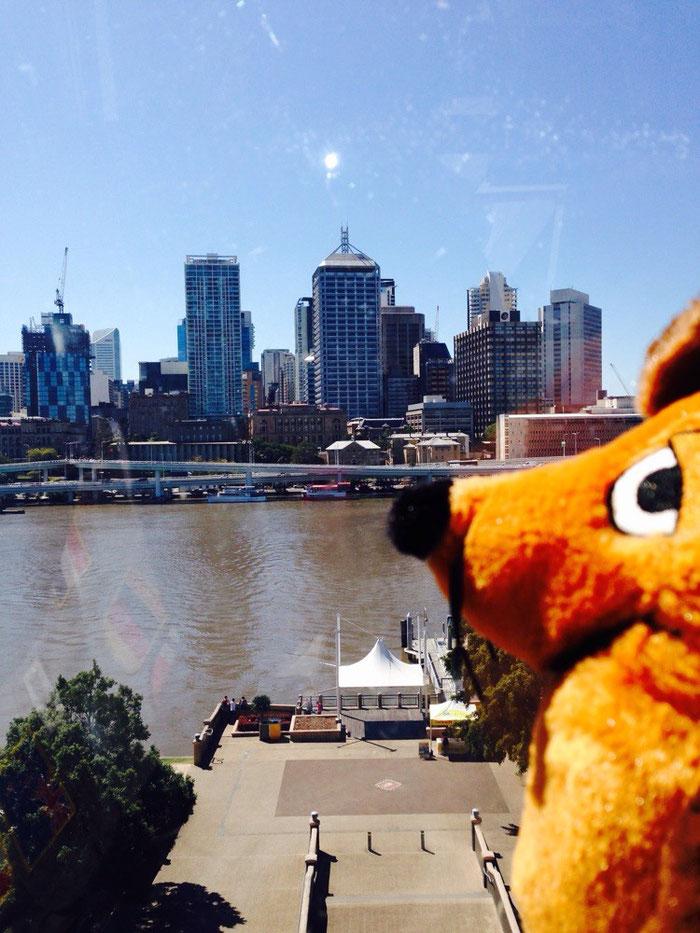 Maus genießt den Blick auf die Stadt vom Riesenrad aus