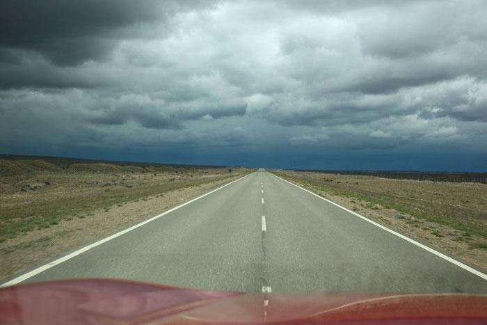 Die Landschaft ist eintönig - da kommt ein Gewitter als Abwechslung gerade recht !