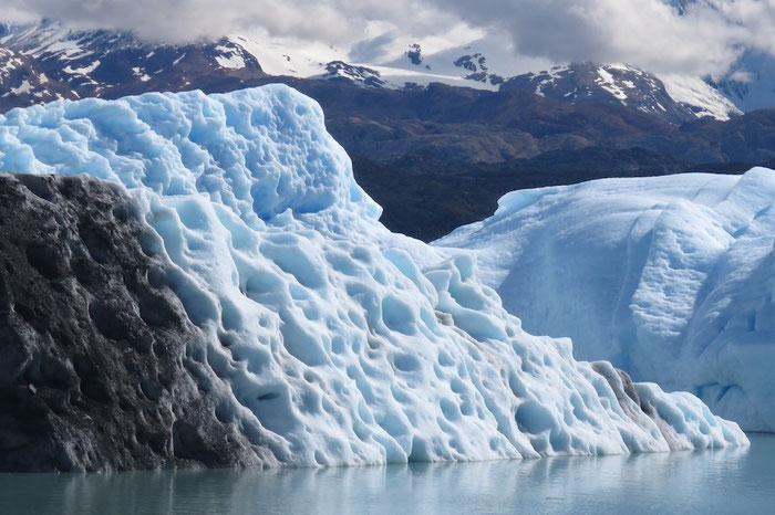 """Ein """"Schweizer-Käse""""-Eisberg vom Gletscher Upsala"""