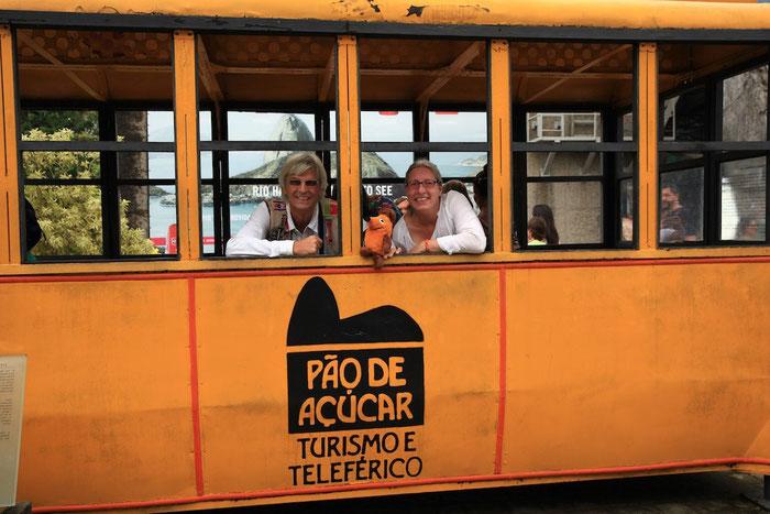 Die Weltreisenden in einem alten Wagen der Seilbahn zum Zuckerhut