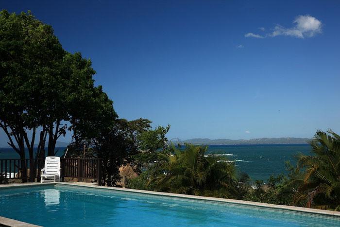 Blick vom Pool über die Bucht