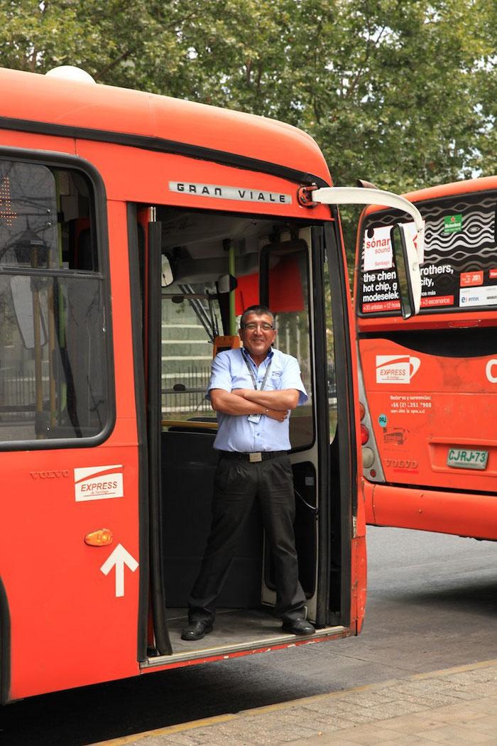 """Diesen Busfahrer trafen wir beim Mittagessen und später am Bushalteplatz. Er """"bettelte"""" förmlich um ein Foto - da ist es !"""