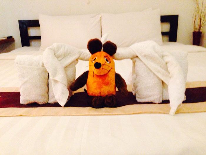 Maus wird im Hotel von zwei Elefanten erwartet
