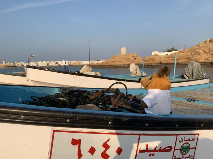 Auf dem Weg zur Werft bestieg ich eines der am Ufer liegenden Boote und fühlte mich gleich wieder als Kapitän !