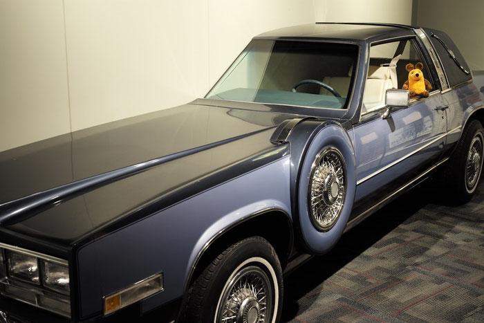 Maus wartet während unserer Tour auf uns im (halben) Cadillac von Jerry Lee Lewis.