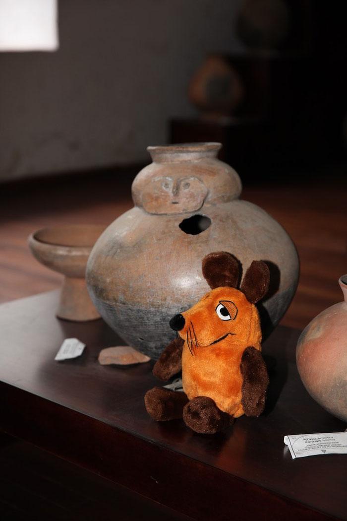 Maus neben einem Gefäß aus der Inkazeit im Museum der Hacienda Tilipulo