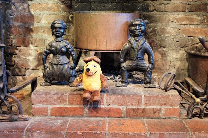 """Maus im Kamin des Herrenhauses Houmas. Die beiden """"geschmackvollen"""" gußeisernen Figuren dienten dazu, das brennende Holz am Herausfallen zu hindern."""
