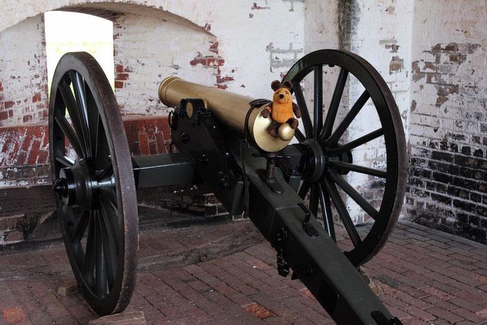 """Maus """"reitet"""" auf einer der Kanonen von Fort Pulaski"""