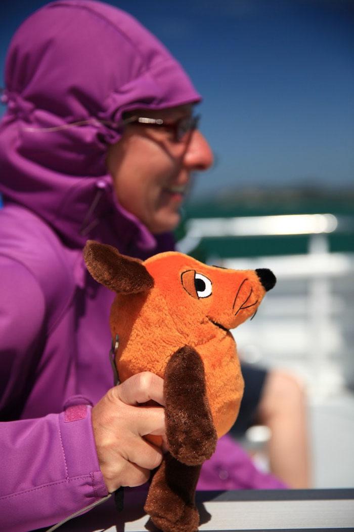 Mir flogen bei dem starken Wind fast die Ohren weg - und hätte mich die Greyhoundin nicht festgehalten, wäre ich (schon wieder) über Bord gegangen :-(