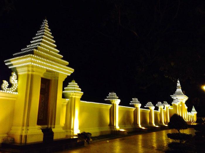 """Ein Teil des Königspalastes in Phnom Penh """"by night""""."""
