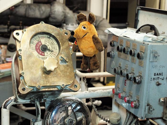 Maus beobachtete während der gesamten Tour den Maschinentelegraph genau, damit die Anweisungen des Kapitäns sofort umgesetzt werden.