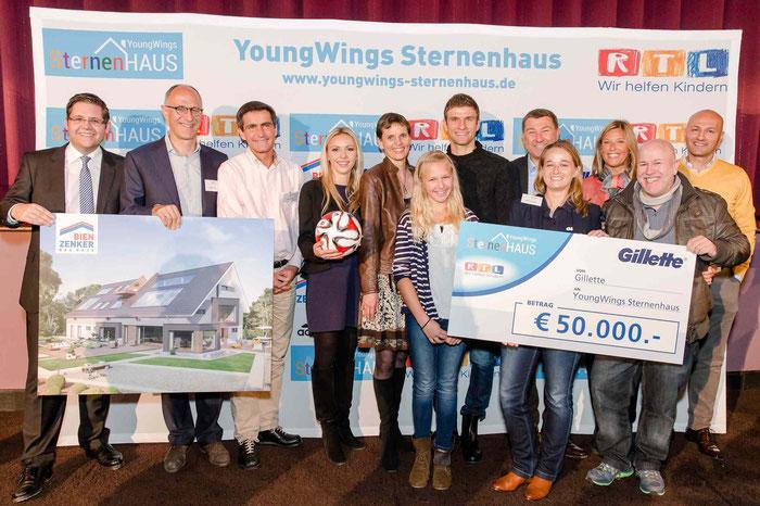 Damit der Traum vom YoungWings Sternenhaus wahr wird: Fußballweltmeister Thomas Müller (Bildmitte) mit Verantwortlichen und Unterstützern des Projektes, Foto: Nadine Rupp, ruppografie