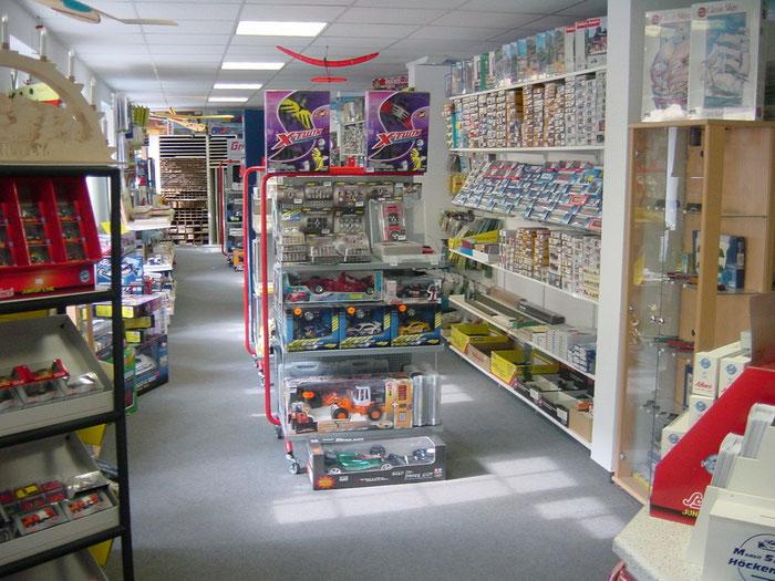 Innenansicht des Modellbaugeschäftes in Klingenberg. 80m² Verkaufsfläche mit hunderten Produkten.