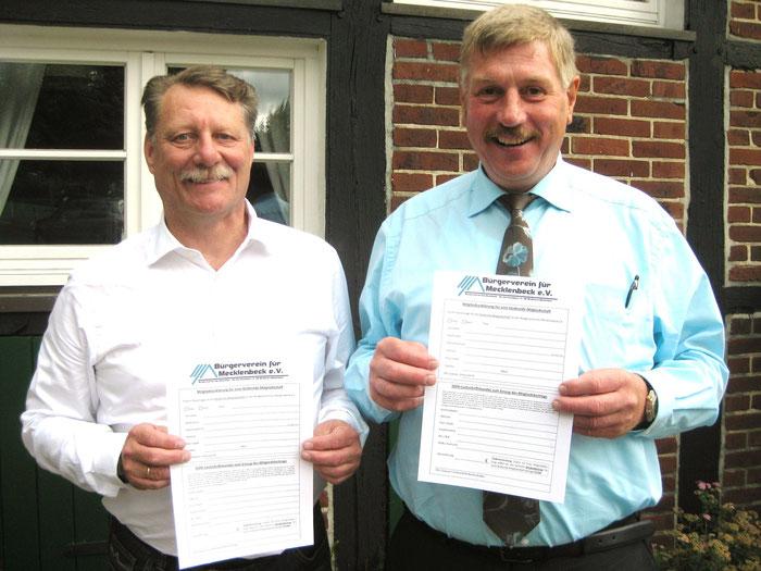 Frank Bürgel (2. Vorsitzender) und Rembert Egrbinghoff (1. Vorsitzender) stellen die neue fördernde Mitgliedschaft im Bürgerverein für Mecklenbeck e.V. vor.