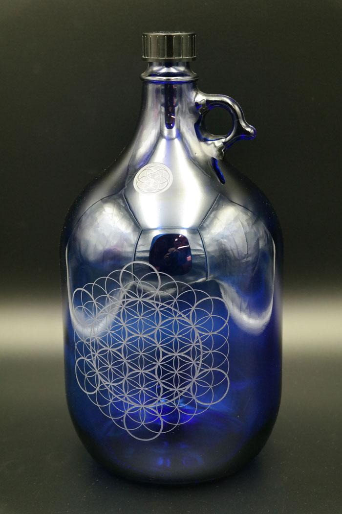 lebensblume 5l blume-des-lebens henkel-flasche trink-flasche freiglas blau-glas gravur individuell , wasserflasche blaunachhaltig öko grün wasser esoterik