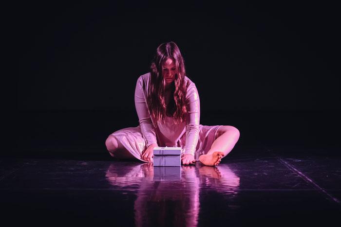 """Nicole Skubich. Solo """"Box."""" beim AZIEZ-Abend, April 2018 im Studio von M.A.D."""
