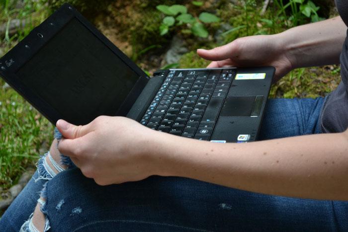 Aufgeklappter Laptop
